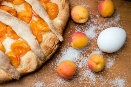 photo of homemade apricot pie and whole apricots